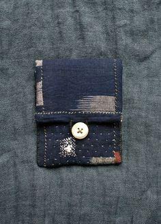 petite pochette entièrement cousue, quiltée et reprisée main, en coton kasuri indigo très sombre: inspirée par le sashiko et les kantha, lart populaire...  le rembourrage intérieur est 100 % coton  elle ferme avec un bouton de nacre ancien, boutonnière en fil de lin  cette pochette est très pratique pour y loger des cartes de visite, carte bancaire,des accessoires de mercerie ou bien y cacher de petits trésors...  dimensions : 11,5 cm x 9,3 cm  les couleurs peuvent varier dun ordinateur à…
