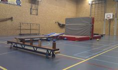 Spring in de trampoline e gooi de bal over de dikke mat. Doel: blokjes van het andere team omver gooien