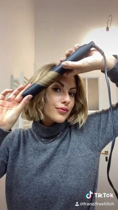 Waves with short hair - Wellen mit kurzen Haaren Simply conjure up waves with short hair, with the straightening iron. Short Grunge Hair, Short Hair Waves, How To Curl Short Hair, Curling Short Hair, Loose Waves Hair, Short Hair Styles Easy, Medium Hair Styles, Curled Hairstyles, Short Hairstyles
