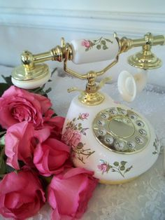 Rose Cottage, Shabby Chic Cottage, Vintage Shabby Chic, Shabby Chic Decor, Romantic Cottage, Vintage Phones, Vintage Telephone, Beste Iphone Wallpaper, Antique Phone