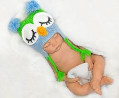 Handknit sleepy owl baby hats with earflaps are made with colorful soft yarn and decorated with crochet elements. Newborn Boy Hats, Newborn Outfits, Baby Newborn, Crochet Animal Hats, Crochet Hats, Minion Baby, Baby First Outfit, New Baby Photos, Baby Owls