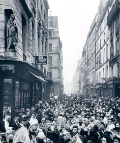 Paris 2e - Angle des rues de Cléry et Poissonnière : fête de la sainte-Catherine sous la statue de Sainte-Catherine.