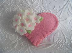 Fieltro broche flor corazón rosa con cuentas de por pennysbykristie
