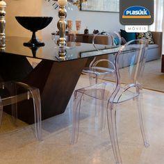 As cadeiras transparentes mudam a decoração, deixam os ambientes sérios um pouco mais divertidos e leves, sem criar barreiras visuais.