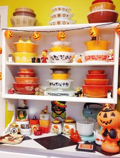 My Paisley World: Collections: Sturdy Vintage Pyrex Vintage Kitchenware, Vintage Dishes, Vintage Glassware, Vintage Pyrex, Vintage Tins, Vintage Stuff, Halloween Displays, Halloween Decorations, Pyrex Display