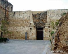 #Huelva #Niebla- Castillo GPS 37.361389, -6.678333   Es una fortaleza romana en la que pueden contemplarse lienzos musulmanes y restos de reconstrucciones cristiana. Esta distribuido en dos recintos, uno rectangular con burcana y el segundo con torres cuadradas, de robusta construcción. El interior está dividido en tres mitades, la central con finalidad divisional, otra occidental, destinada a las caballerías y la oriental, que correspondería a las dependencias domésticas.