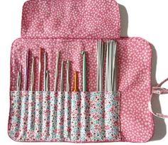 Cette pochette vous permettra de ranger avec soin tous vos crochets, vos aiguilles à tricoter les chaussettes, ou même vos pinceaux de maquillage. Un matelassage apporte moelleux et protection. Un rabat maintient parfaitement les crochets à l'intérieur. Elle se ferme joliment avec un lien. Un passepoil agrémente le dessus et le pourtour. Approximativement: fermé: 21 cm de haut, 11,5 cm de large, ouvert: 27,5 cm de large et 11,5 cm de haut Ce tutoriel convient aux débutantes qui peuvent…