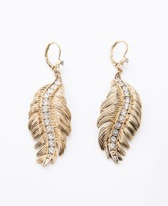 Feather Earrings. Light as a feather, these gold feather earrings are one part bohemian one part hipster and all fabulously flirty. #jewelry #earring #feather #style #fashion #fallfashion #lilyrain #justin