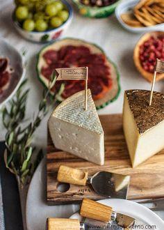 como preparar una tabla de embutidos y quesos Rustic Serveware, Tapas, Husband Birthday, Food Styling, Hummus, Dairy, Food And Drink, Bread, Cheese