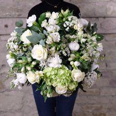bouquet fleurs blanches elegance atelier lavarenne lyon Dahlia, L Eucalyptus, Floral Wreath, Pastel, Wreaths, Elegant, Decor, Buttercup, Peony