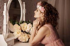 Punertavalle iholle pitää valita saman sävyinen meikkivoide? Meikkiguru kannustaa miettimään säännön uusiksi | Me Naiset