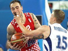 Der finnische Basketballspieler Teemu Rannikko (r) irritiert den Kroaten Damir Markota bei der EM mit einem Nasenstüber. (Foto: Armando Babani/dpa)