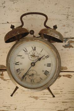 Om de bijzondere kinderen te beschermen tegen de hulsels, heeft mevrouw Peregrine beslist om samen met de kinderen in een tijdslus te leven in plaats van in de gewone wereld. Een tijdslus is namelijk moeilijk te bereiken en daarom veiliger. Je beleeft er dezelfde dag telkens opnieuw. Een gevolg daarvan is dat je nooit veroudert. Om de tijdslus te behouden, moet mevrouw Peregrine de klok elke dag vlak voor middernacht 24 uur terugdraaien.