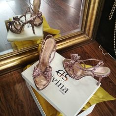 Νυφικά ή βραδινά χειροποίητα παπούτσια από γκλιτερ Bow Sandals, Stuart Weitzman, Glitter, Bows, Heels, Fashion, Arches, Heel, Moda
