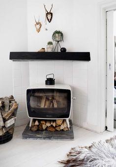 Vintage haard met houtblokken | Vintage fireplace with logs | vtwonen 09-2017 | Fotografie Peggy Janssen