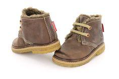 Bruin veterschoentje uit de Babycrêpe collectie voor jongens. Extra bijzonder aan deze schoentjes is de warme voering. De schoentjes zijn volledig van leer en voorzien van een uitneembaar voetbed.