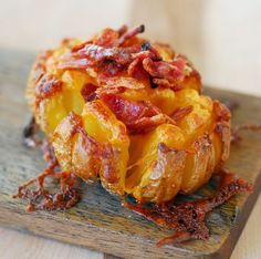 Make this Bloomin' Baked Potato recipe as a unique side dish or party appetizer. The baked potato skins are crisp and salty, the insides are soft and cheesy. This baked potatoes recipe will make the whole family happy! Bloomin Baked Potato Recipe, Baked Potato Recipes, Baked Potatoes, Hasselback Potatoes, Smothered Potatoes, Blooming Potato Recipe, Baked Potato Oven, Potato Dishes, Vegetable Dishes