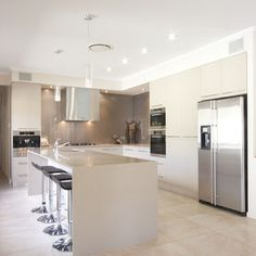 White kitchen with glass splashback - taupe / mink would this be better with the coloured glass pendant lights? Glass Kitchen, New Kitchen, Kitchen Decor, Kitchen Ideas, Bright Kitchens, Home Kitchens, Taupe Kitchen, Kitchen White, Cocinas Kitchen