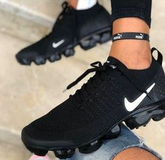 It's important to choose the correct women's sneakers when using them for different activities. Read more to learn how to choose the right women's sneakers. Moda Sneakers, Cute Sneakers, Casual Sneakers, Sneakers Fashion, Casual Shoes, Sneakers Nike, Black Sneakers, Sneakers Women, All Black Nike Shoes