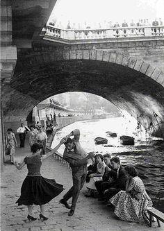 Paul Almasy. Jeunes dansant le Rock'n'Roll sur les quais de Paris, années 50