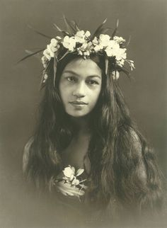 Photo by French born Lucien Gauthier who opened a portrait studio in Tahiti in 1904 In 1985 I spent time some time in Tonga staying in. Vintage Photographs, Vintage Photos, Vintage Signs, Vintage Posters, Rupert Brooke, Hawaiian Art, Hawaiian Woman, Hawaiian Dancers, Hula Dancers