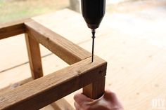 Insert screws in pilot holes Adirondack Chair Plans, Outdoor Furniture Plans, Wood Furniture, Furniture Ideas, Outdoor Bar Table, Table Bar, Backyard Projects, House Projects, Diy Projects