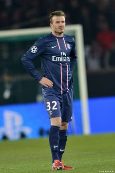 David Beckham hit the field for a start against Barcelona in the championship league game. David Beckham Football, David Beckham Soccer, Manchester United, Cristiano Ronaldo Lionel Messi, Neymar, Championship League, Paris Saint Germain Fc, Bend It Like Beckham, Football Icon