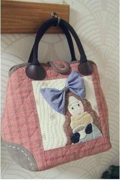 퀼트도안 : 네이버 블로그 Japanese Patchwork, Patchwork Bags, Japanese Fabric, Quilted Bag, How To Make Purses, Craft Bags, Fabric Bags, Applique Quilts, Beautiful Bags