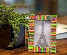 Cornice realizzata con cannucce colorate