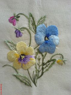 Sac Tutorial and Ideas Floral Embroidery Patterns, Hand Work Embroidery, Embroidery Flowers Pattern, Hand Embroidery Designs, Ribbon Embroidery, Crewel Embroidery, Cross Stitch Embroidery, Embroidery Supplies, Brazilian Embroidery Stitches