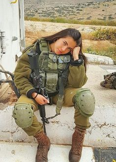36 Badass Military Girls That Will Make You Want Women Register For The Draft - Ftw Gallery Military Women, Military Police, Mädchen In Uniform, Idf Women, Female Soldier, Girls Uniforms, Badass Women, Special Forces, Armed Forces