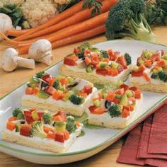 Fresh Veggie Pizza ~ There's no need to bring confetti to your next snack-time gathering. Just carry in this colorful pizza that's topped with a rainbow of crunchy vegetables! Paninis, Cold Veggie Pizza, Vegetable Pizza, Veggie Bars, Appetizer Recipes, Appetizers, Cooking Tips, Cooking Recipes, Pizza Recipes