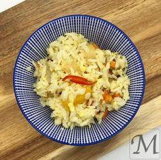 Stegte ris med æg eller dirty rice, som retten også kaldes. Steg lidt grøntsager (gulerod, peberfrugt og lignende) på en pande med lidt hvidløg og chili. Kog samtidig lidt ris på 12 minutter og hæld dem på panden så snart vandet er væk. Rør et par æg med på panden, så ris, grøntsager og æg blandes. #æg #gulerod #ris