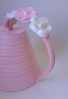 Tiara Flores    Tiara revestida com aplicações de passamanaria, flores de crochê e meia pérolas.    Medida aproximada: 38cm    Consulte disponibilidade de outras cores, envia uma mensagem para a vendedora.