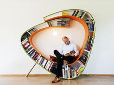 Speciaal bij deze boekenkast Boekenwurm is de gebogen vorm. Zo heb je ook een plek om te zitten en relaxen.