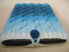 knitted laptop case (not this one exactly) Laptop Covers, Laptop Case, Ipad Case, Knitting Projects, Laptop Sleeves, Diy Crafts, Creative Things, Trending Outfits, Crochet