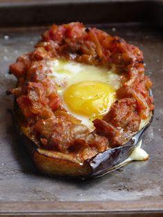 Chic, chic...Aubergines farcies à l'orientale, œuf au nid : tomates, aubergines, oignons, ail, un petit piment, oeufs, huile d'olive, coriandre, sel et poivre