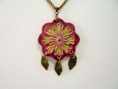 Pendentif motif fleur verte et prune en céramique fait main : Pendentif par lezarts-de-nat