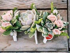 Que tal lapelas feitas com suculentas? Você pode usar até flores artificiais que vai ficar igualmente lindo!