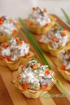 Картофельные тарталетки с огурчиками и селедочкой