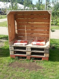 Lovely All you need is Pallets u large fuit transport box Screw together throw in some fy pillows u TaDa worlds cheapest Strandkorb Beachbox