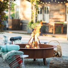 When our friends @anthropologie asked about our fall #simplepleasures, one thing topped our list: weekends that are warm enough to spend outside in short sleeves, and cool enough for a fire at the end of the day. (link in profile to shop the raw steel fire pit)