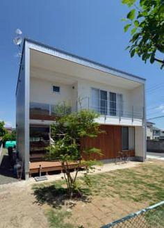 開放的な南側外観: 株式会社ブレッツァ・アーキテクツが手掛けた家です。