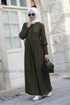 Summer Hijab Outfits: As you all know, summer is just around the corner, just in time when everyone is about done with the cold weather and ready to get into some summer outfit planning. Abaya Fashion, Modest Fashion, Fashion Dresses, Emo Fashion, Hijab Casual, Hijab Chic, Women's Casual, Hijab Style Dress, Hijab Outfit