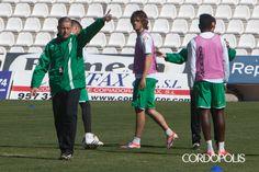 Romero da instrucciones a sus jugadores en un entrenamiento. | ÁLVARO CARMONA