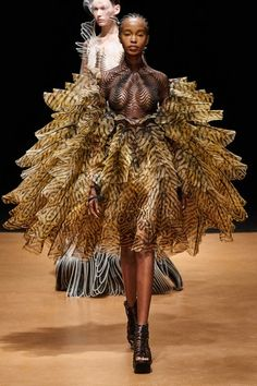 The complete Iris van Herpen Spring 2020 Couture fashion show now on Vogue Runway. Fashion Week Paris, Fashion 2020, Fashion Art, Runway Fashion, Fashion Show, Fashion Design, Spring Fashion, Vogue Fashion, Emo Fashion
