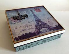 Caixa baixa em mdf trabalhada com pintura, stencil e papel especial com motivo de Paris Vintage.    Fazemos em outras cores e modelos, consulte-nos.  Peças integrantes estão sujeitas à disponibilidade.  Como é um produto artesanal, podem haver pequenas diferenças entre uma produção e outra.