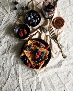 Was shuffling through the kitchen and I could only find ingredients for French toast. Nevertheless vanilla French toast with berries with jam and small drizzle of honey. Hope you guys kicked start the weekend well! AND PS: people residing in Singapore I'm giving a mobile photography class over at Keepers Singapore next Saturday (24 Oct 2015)! They are tagged and hop over to sign up if you wish to know how I take my photos! It will be like a sharing session so don't worry definitely not going…
