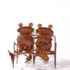 Twee kikkers gebroederlijk zittend op een bankje, gemaakt van roestend metaal. Wesite:  http://www.curiocadeau.nl/