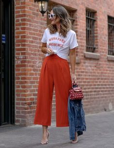 Looking for the latest street style outfits? Here are 25 street style outfits that looks stylish and fashionable in every way! How To Wear Culottes, Culottes Outfit, Style Désinvolte Chic, Mode Style, Culotte Style, Pantalon Long, Casual Outfits, Fashion Outfits, Urban Outfits